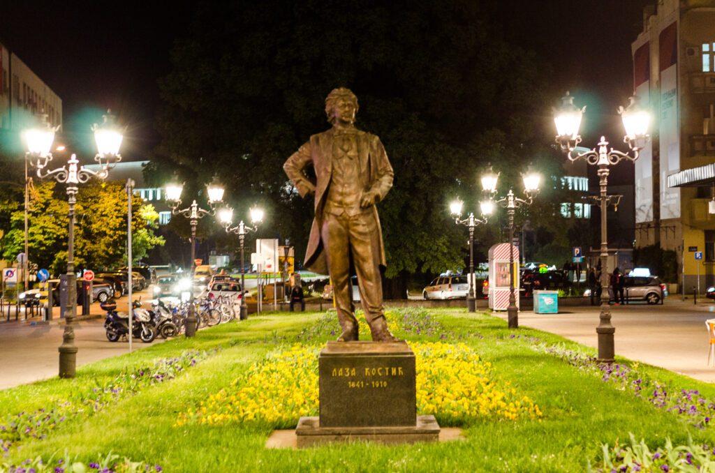 Spomenik Lazi Kostiću noću