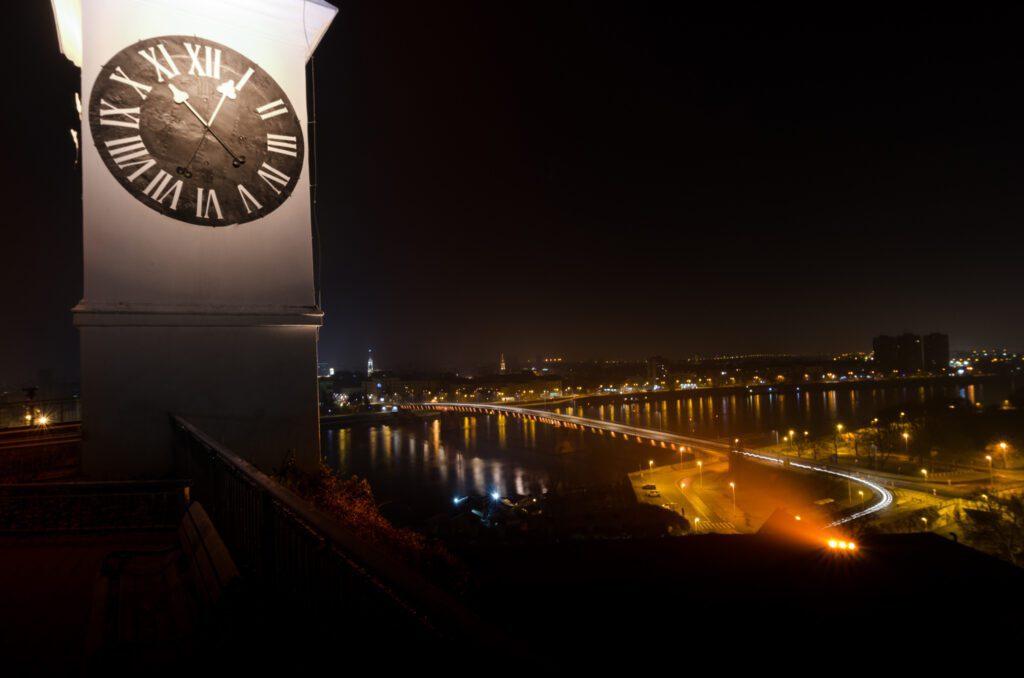 Toranj sa satom noću